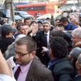 Sute de persoane din cele câteva mii care au participat duminicã seara la un spectacol electoral organizat de Dan Diaconescu la Târgu Jiu, s-au îmbulzit, rupând corturile de campanie ale...