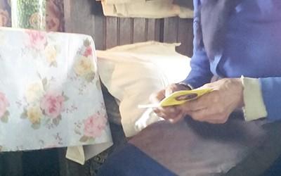 Situaţie mai rar întâlnită la doi paşi de Târgu Jiu, la Bălăneşti, unde o bătrână de 78 de ani şi-a trăit toată viaţa la lumina lumânării. Femeia are o pensie...