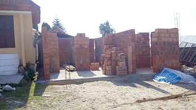 Adevărate palate au apărut în această primăvară în cimitirul din satul Pişteştii din Deal, din comuna Scoarţa, unul dintre cei care au plătit pentru un astfel de cavou faraonic...