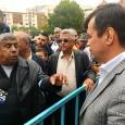 Protest în premieră al romilor din cartierul Obreja, care vineri după-amiază au protestat în faţa Prefecturii Gorj pentru a cere locuri de muncă. Liderul lor, Nelu Pavel, a spus că...
