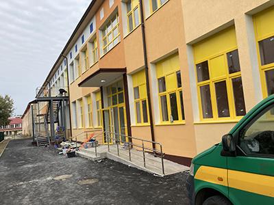 Municipalitatea este pe punctul de a tăia panglica de inaugurare a celei mai noi şi moderne creşe construite la Târgu Jiu în ultimele decenii. Amenajată în fostele ateliere ale fostului...