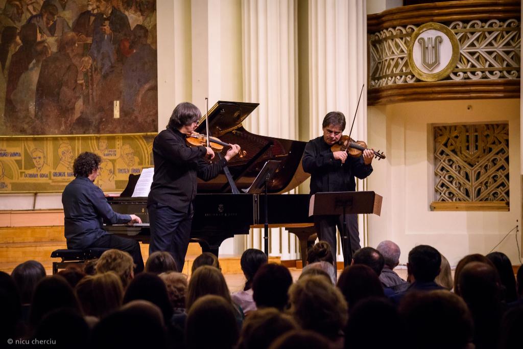 Duelul viorilor – Stradivarius versus Guarneri pe 28 septembrie, în Parcul Coloanei fără Sfârşit Pe 28 septembrie, de la ora 19:00, în Parcul Coloanei fără Sfârşit din Târgu Jiu, va...